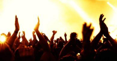 Aggasztó hír érkezett: Koncert alatt esett le a színpadról a magyar énekesnő