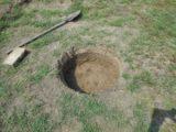 Egy kör alakú lyukat ásott a kertbe a végeredménytől a szomszéd besárgult…